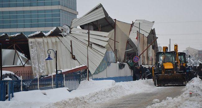 Pazar yerinin çatısı yoğun kar nedeniyle çöktü