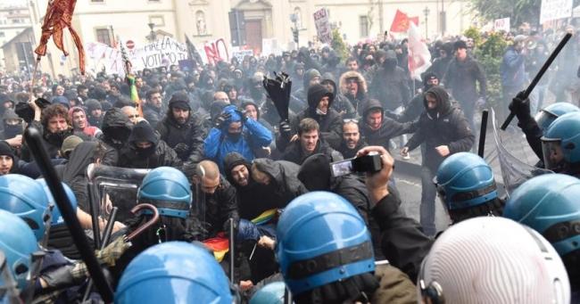 İtalya'da Renzi karşıtı göstericiler polisle çatıştı
